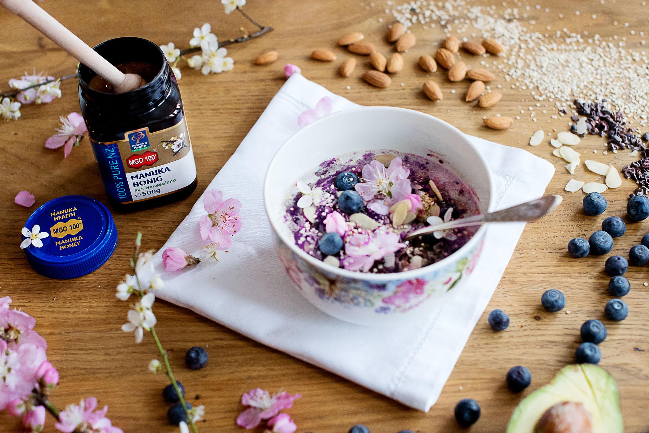 heidelbeer-avocado-manuka-health-smoothie-bowl-rezept
