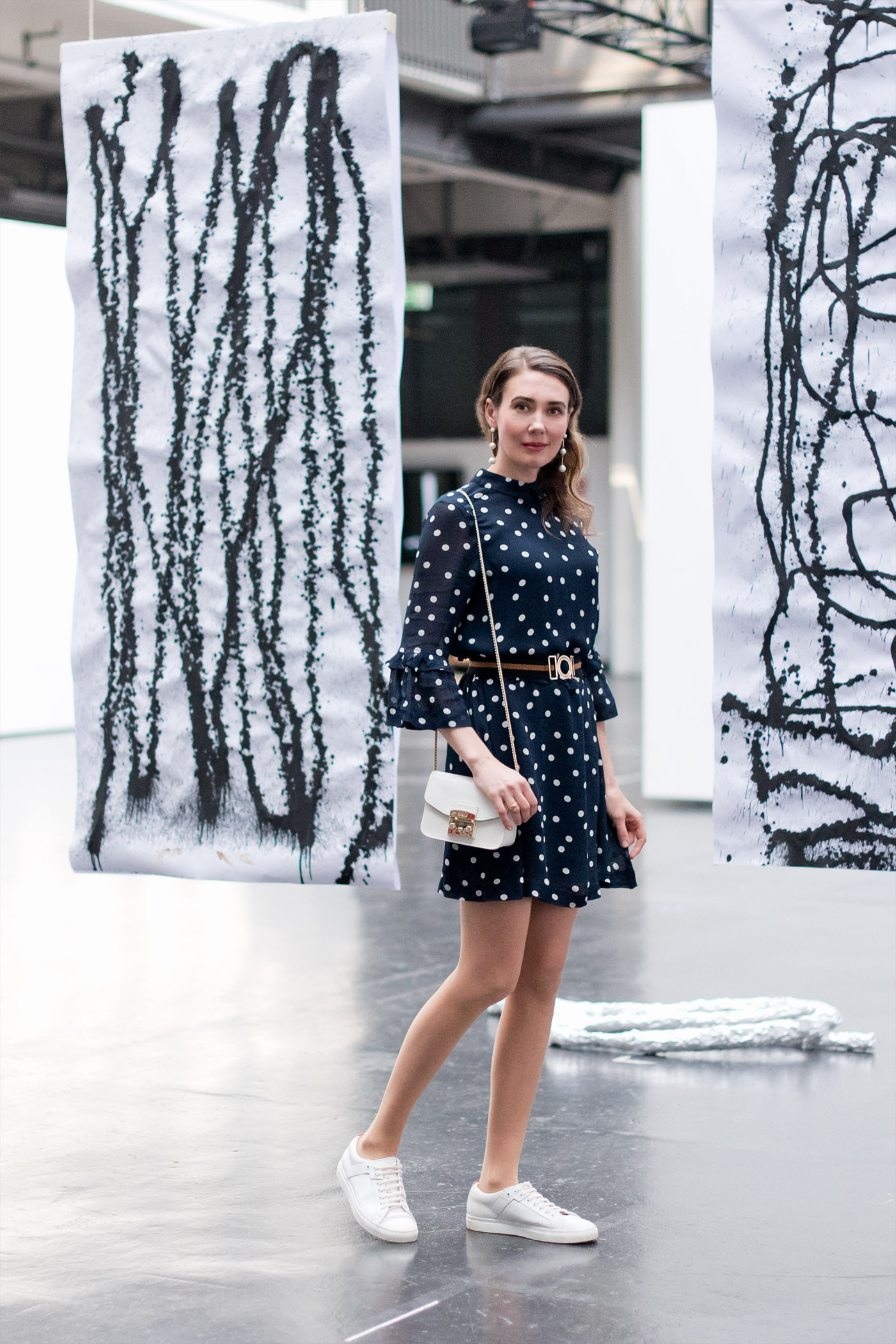 Ganni-Polka-Dots-Kleid-dress-furla-mini-hugoboss-sneaker-springlook