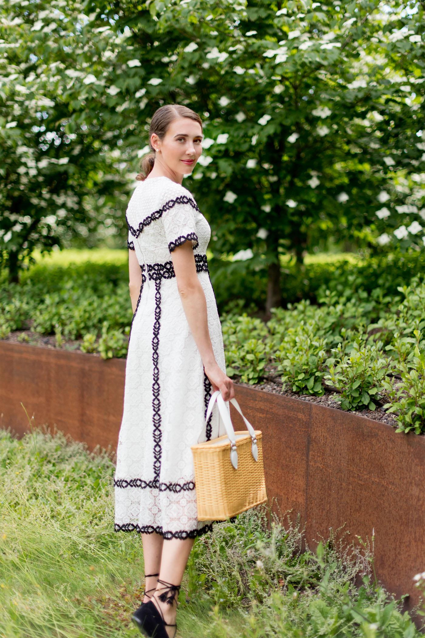 maje-spitzenkleid-korbtasche-coccinelle-summerstyle